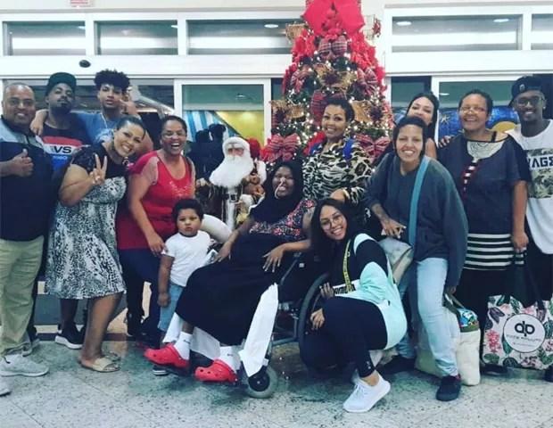 Deise Cipriano (de cadeira de rodas) com a família (Foto: Reprodução/Instagram)