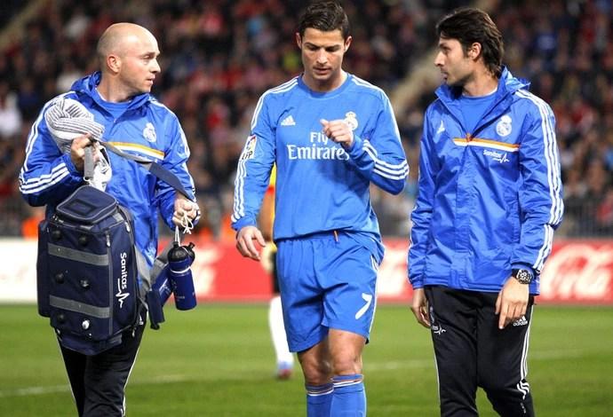 Cristiano Ronaldo sai machucado Almería e Real Madrid (Foto: Agência EFE)