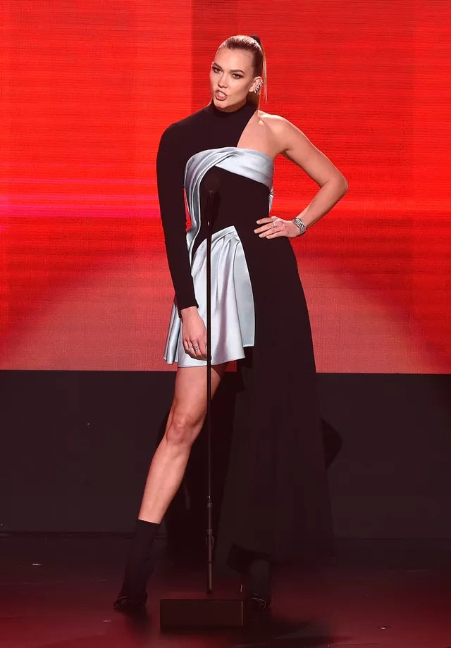 Karlie Kloss usa Versace (Foto: Getty Images)
