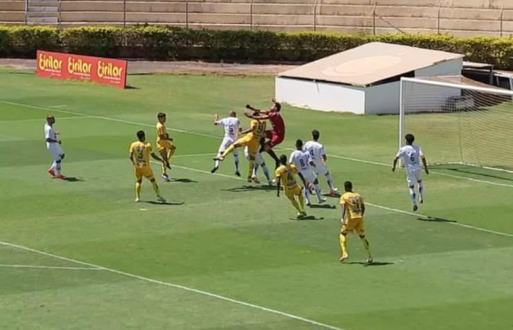 Bruno Mota durante choque com o goleiro Tom, do São Caetano — Foto: Reprodução/TV TEM