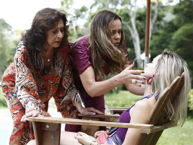 Madalena e Carlota tenta ajudar Vitória (Foto: Fábio Rocha/Gshow)