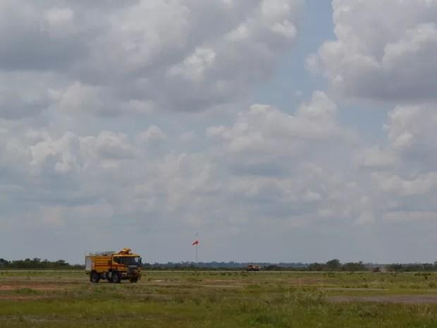 Bombeiros foram ao aeroporto para controlar chamas de aeronave (Foto: Dennis Weber/ G1)