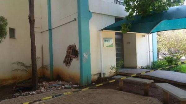 Criminosos fizeram buraco para entrar em bloco da UFT (Foto: Nathália Henrique/TV Anhanguera)