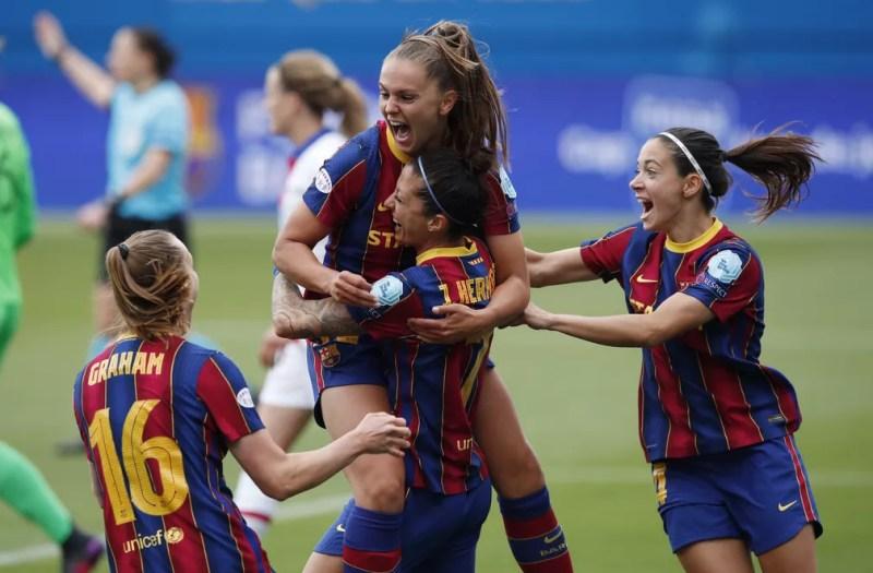 Lieke Martens comemora gol do Barcelona — Foto: REUTERS/Albert Gea