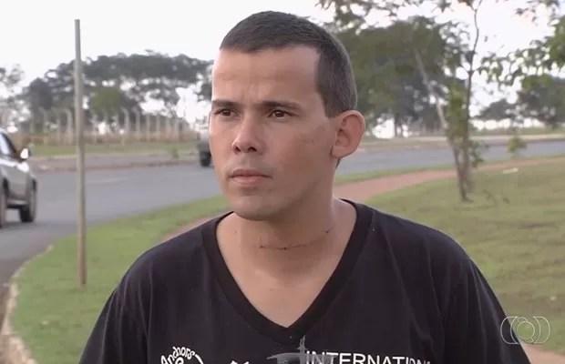 Vigilante Patrício do Carmo se diz assustado após ter pescoço cortado por linha com cerol, em Goiás (Foto: Reprodução/TV Anhanguera)