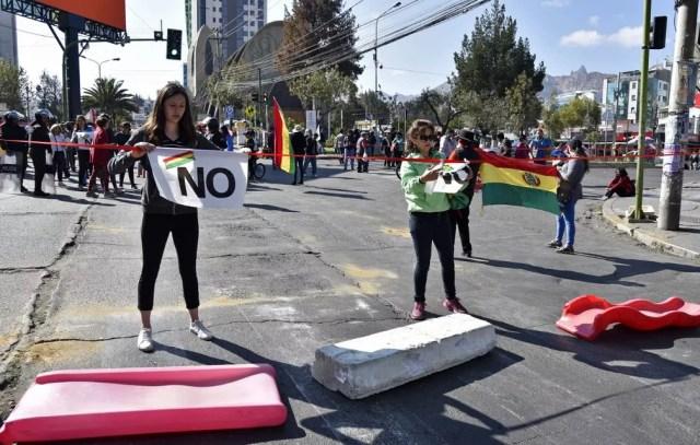 Em 2019, manifestantes fecham rua de La Paz em protesto contra possível 4º mandato de Evo Morales na Bolívia — Foto: Aizar Raldes / AFP