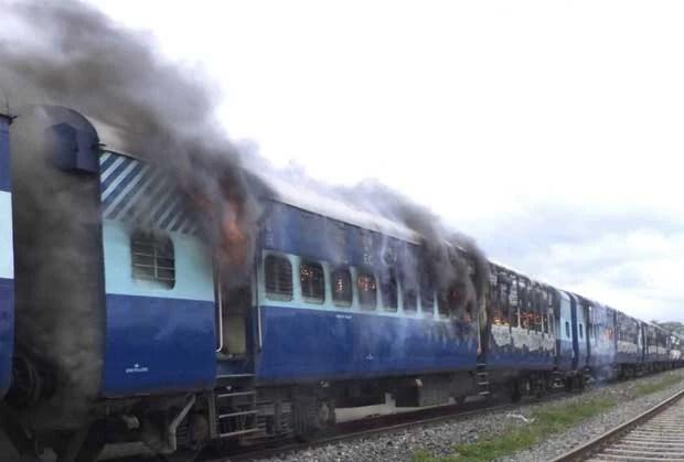 Acidente de trem na Índia gerou protestos no local e grupos atearam fogo em vagões (Foto: AP)