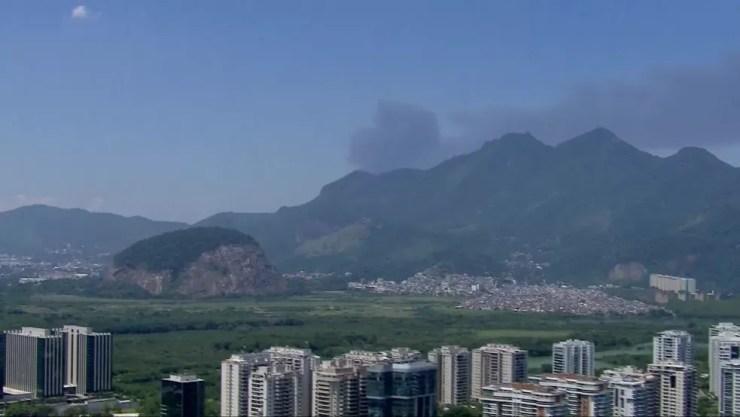 Coluna de fumaça de incêndio na região de Manguinhos podia ser vista da Zona Oeste — Foto: Reprodução/TV Globo