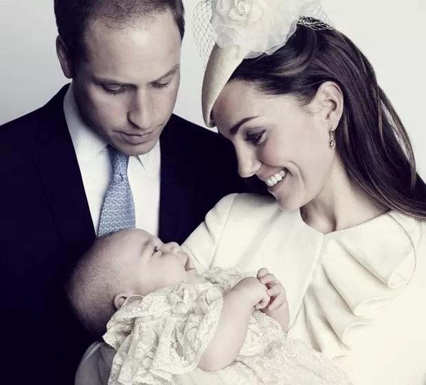 Príncipe George sorri nos braços de Kate Middleton e o Príncipe William em foto divulgada neste sábado (26), de batizado ocorrido na quarta-feira (23) (Foto: AP/Jason Bell, Camera Press)