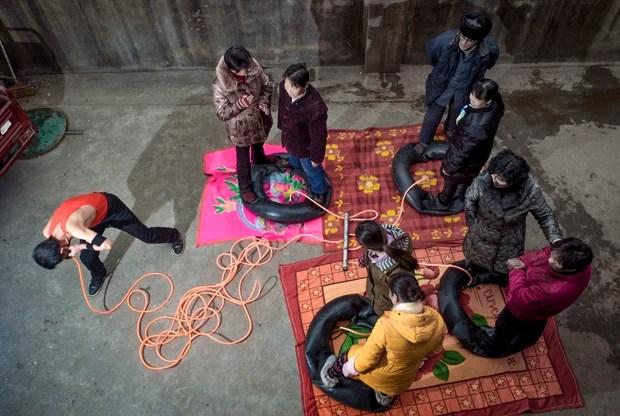 Para melhorar a saúde,  Nie Yongbing é capaz de encher quatro pneus com o peso de 8 adultos em até 21 minutos (Foto: Stringer/Reuters)