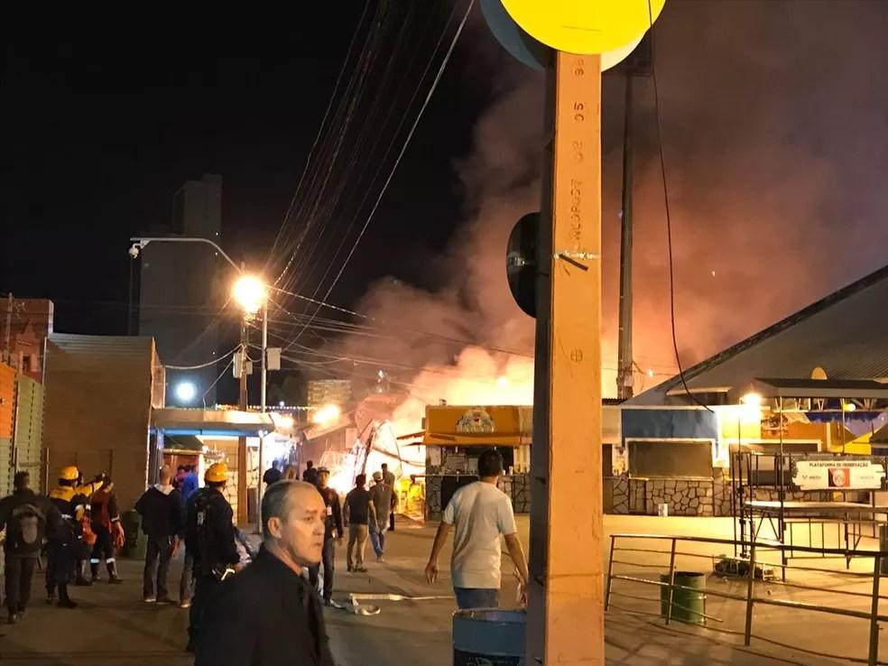 Incêndio atingiu uma barraca no Parque do Povo, no São João 2018 de Campina Grande na noite deste sábado (30) (Foto: Artur Lira/G1)