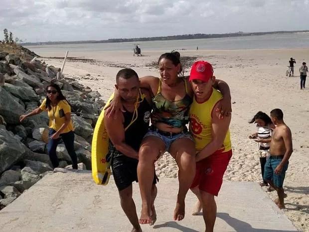 Bombeiros salvam passageiros do catamarã que naufragou em São Luís (Foto: Douglas Pinto/TV Mirante)