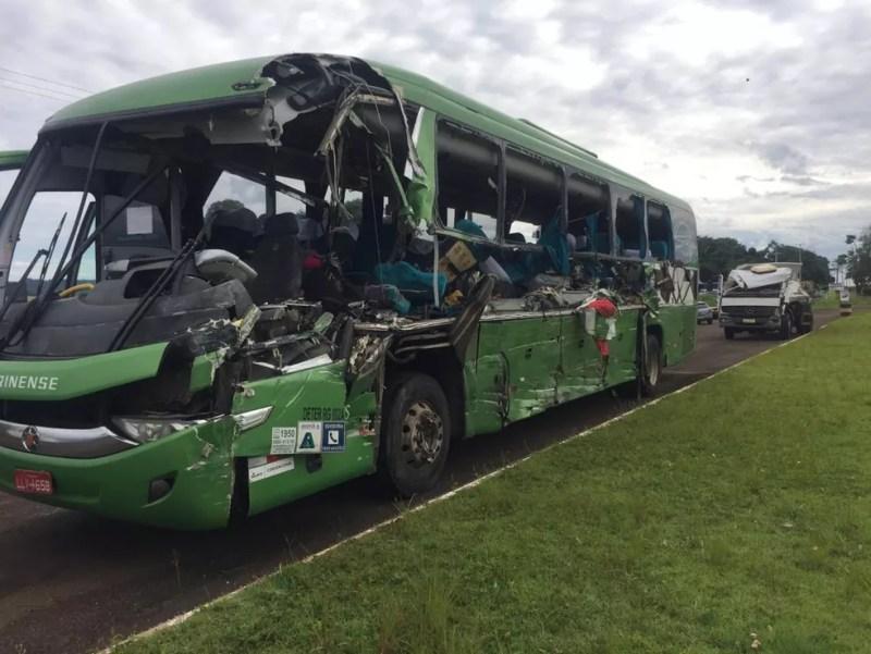Acidente entre ônibus e caminhão-caçamba no Paraná — Foto: Michele Arenza/RPC