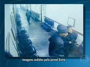 Imagens mostram criminosos armados dentro do fórum de Bangu (Foto: Reprodução / TV Globo / Extra)