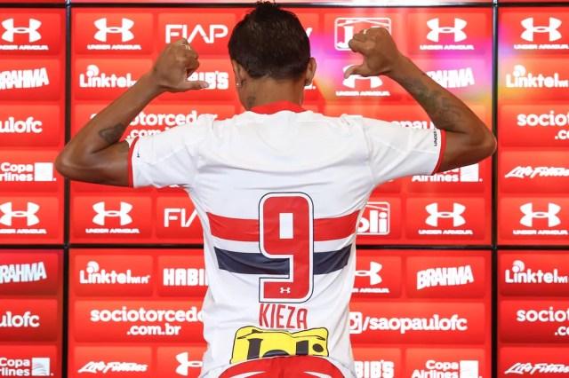 Passagem curta: Kieza veio para vestir a camisa 9, mas não durou seis meses no São Paulo (Foto: Marcelo Zambrana/AGIF/Estadão Conteúdo)