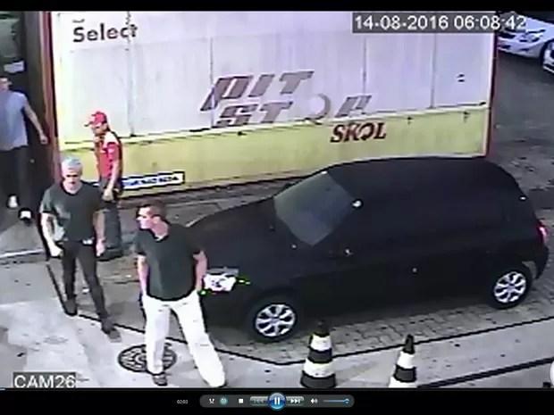 Imagens das câmeras de segurança de um posto de gasolina na Avenida das Américas, na Barra da Tijuca, Zona Oeste do Rio, mostram o momento da confusão entre os nadadores americanos e seguranças do estabelecimento. (Foto: Reprodução / TV Globo)