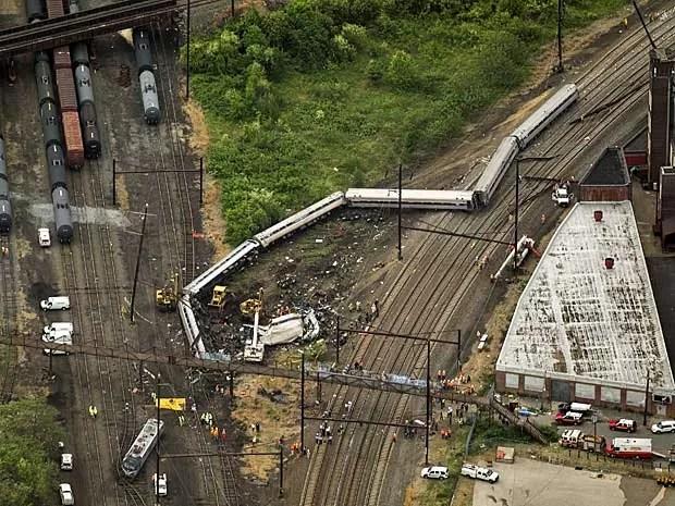 Trem da Amtrack descarrila em trecho em curva e, segundo investigação, estava a mais de 160 km/h ao atravessar região. (Foto: Lucas Jackson / Reuters)