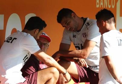 Dorival em conversa com Nenê, Diego Souza e Cueva durante treino no CT da Barra Funda (Foto:  Rubens Chiri / saopaulofc.net)