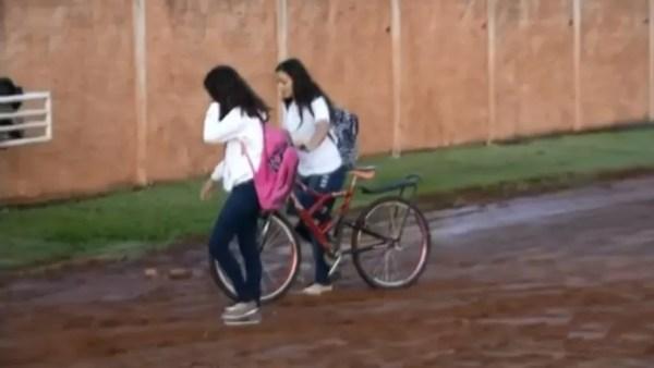 Estudantes encaram a lama para chegar até as escolas (Foto: Reprodução/TV TEM)