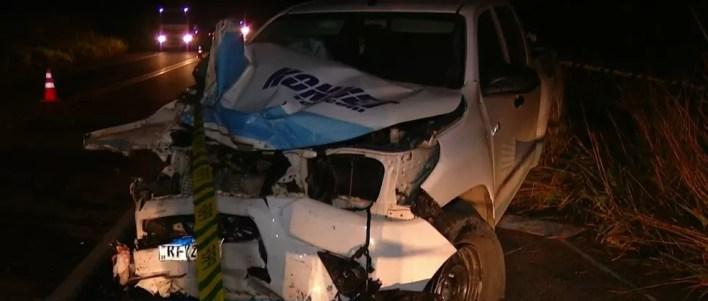 Caminhonete que vinha na contramão foi atingida por carro que tentava ultrapassagem — Foto: Reprodução Inter TV dos Vales