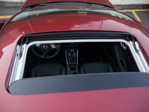 Teto solar também é exclusivo do sedã da Nissan (Foto: Marcelo Brandt / G1)