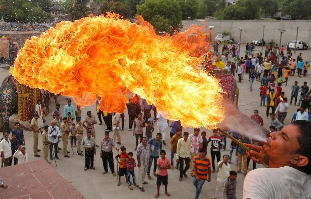 9 de junho - Devoto hindu cospe fogo diante da multidão durante a procissão de Jal Yatra em Ahmedabad, na índia (Foto: Amit Dave/Reuters)