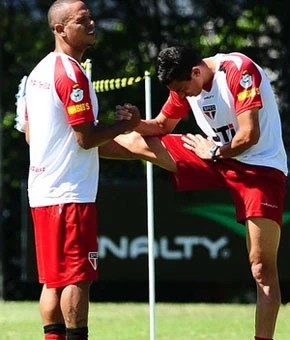 Luis Fabiano, com Lúcio, em treino do São Paulo (Foto: Marcos Ribolli / Globoesporte.com)
