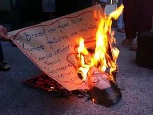 Durante o ato o grupo queimou uma cópia da portaria 303/2012 e máscaras da presidente Dilma Roussef (Foto: Káthia Mello/G1)