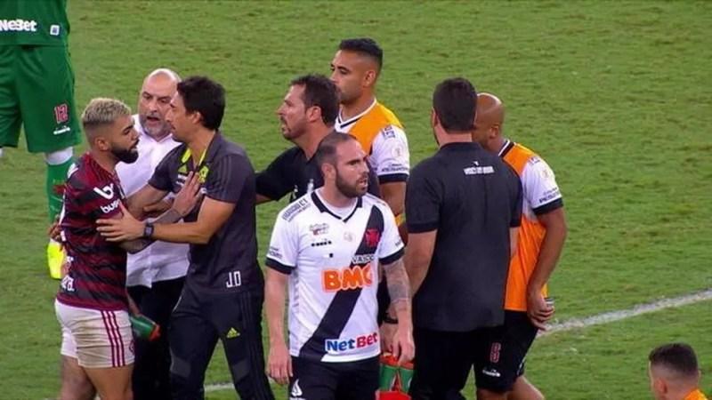 André Souza, de branco, agrediu Gabigol — Foto: Reprodução / SporTV