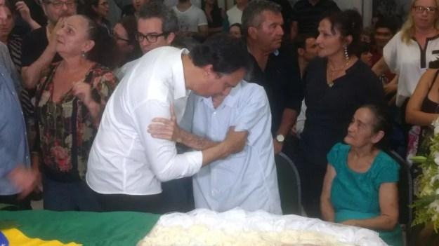 Governador do Ceará, Camilo Santana, cumprimenta familiares de Belchior no velório do cantor, realizado em Fortaleza (Foto: Valdir Almeida/G1)
