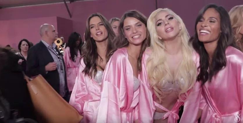 Alessandra Ambrosio e Lais Oliveira no clipe com Lady Gaga (Foto: Reprodução)