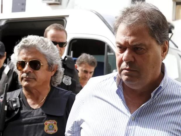 13/04/2016 - O ex-senador Gim Argello é escoltado pela Polícia Federal ao deixar o Instituto Médico Legal em Curitiba (Foto: Rodolfo Buhrer/Reuters)