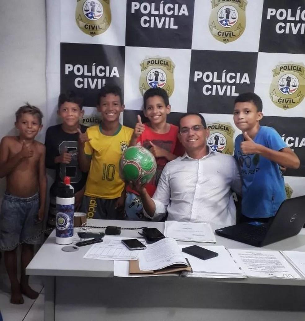 Delegado compra nova bola para meninos em Presidente Dutra.  — Foto: Divulgação/Polícia Civil