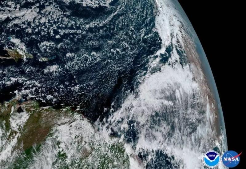 Á direita, a camada de areia saariana  (FOTO: NASA/ NOAA)