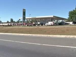 Criança vítima de abuso sexual foi deixada em posto de combustíveis em Anápolis, Goiás (Foto: Reprodução/TV Anhanguera)