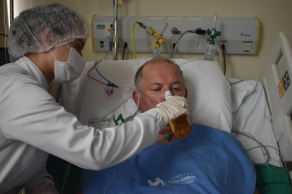Nutricionista acompanhou a surpresa para o paciente em Blumenau — Foto: Hospital Santo Antônio/ Divulgação