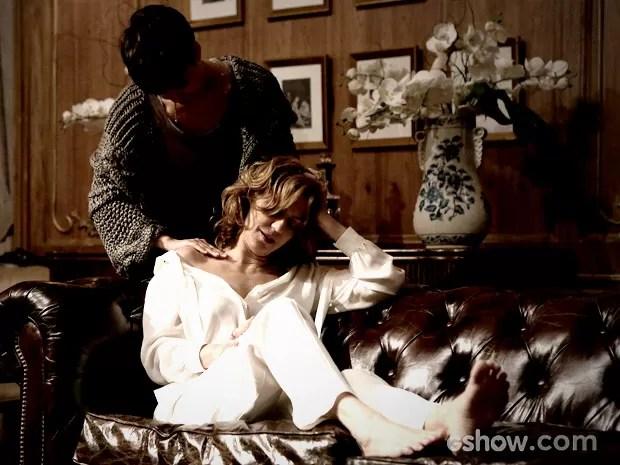 Duda faz massagem nas costas de Angela (Foto: Fábio Rocha / TV Globo)