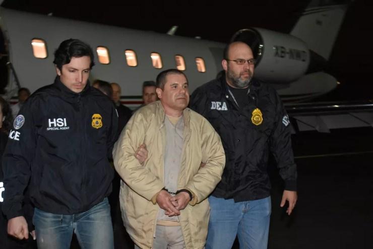 Imagem de arquivo mostra traficante mexicano 'El Chapo' escoltado no aeroporto de Long Island, nos EUA, após ter sido deportado  — Foto: Reuters