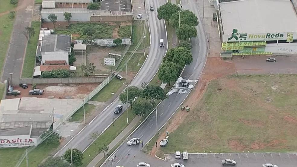 Imagem aérea mostra que acidente não trouxe grande impacto ao trânsito (Foto: TV Globo/Reprodução)