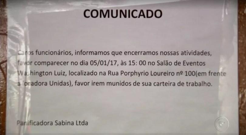 Aviso na porta da padaria informou os funcionários sobre encerramento das atividades (Foto: Reprodução/TV TEM)