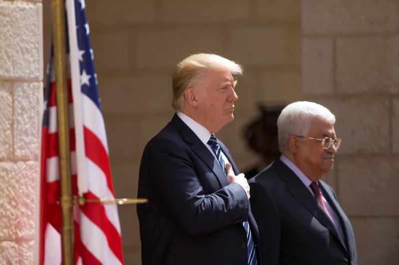 Presidente dos Estados Unidos, Donald Trump, foi recebido pelo presidente da Autoridade Palestina, Mahmoud Abbas, na sede do governo em Belém, na Cisjordânia, nesta terça-feira (23)   (Foto: Fadi Arouri/ Reuters)