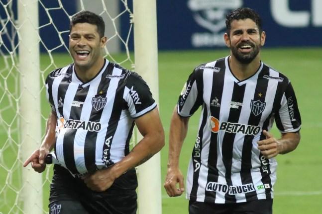 Diego Costa (D) foi contratado e já fez gol pelo Atlético-MG — Foto: Fernando Moreno/AGIF