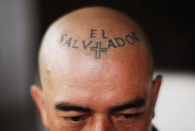 Membro de gangue exibe tatuagem curiosa na cabeça em Ciudad Delgado, em El Salvador (Foto: Ulises Rodriguez/Reuters)