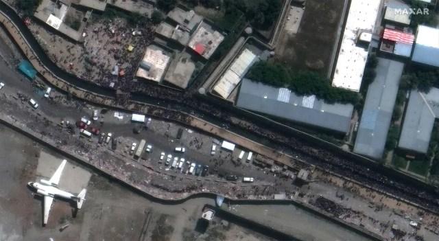 Imagem de satélite feita na segunda-feira (23) mostra a área do portão da Abadia do aeroporto internacional Hamid Karzai, em Cabul. As explosões ocorreram perto do portão, segundo o Pentágono — Foto: Maxar Technologies via AFP