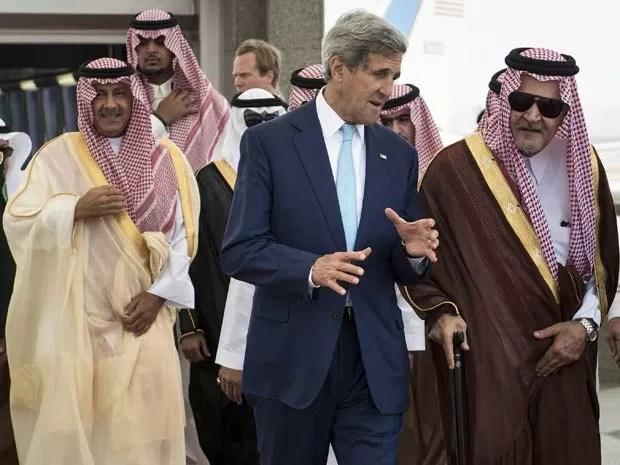 Secretário de Estado dos EUA, John Kerry, conversa nesta quinta-feira (11) com o chanceler saudita, o príncipe Al Faisal, no aeroporto internacional Rei Abdulaziz, em Jeddah, na Arábia Saudita. (Foto: REUTERS/Brendan Smialowski/Pool)