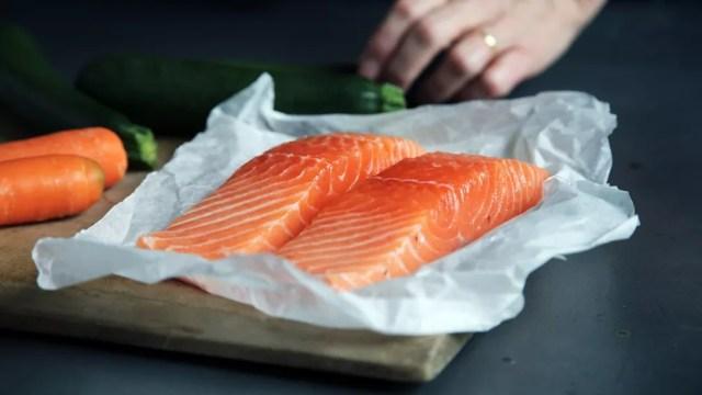 A vitamina D é encontrada apenas em poucos alimentos, como salmão — Foto: Unsplash