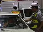 Guarda de trânsito multa motorista (Foto: Reprodução/TV Globo)