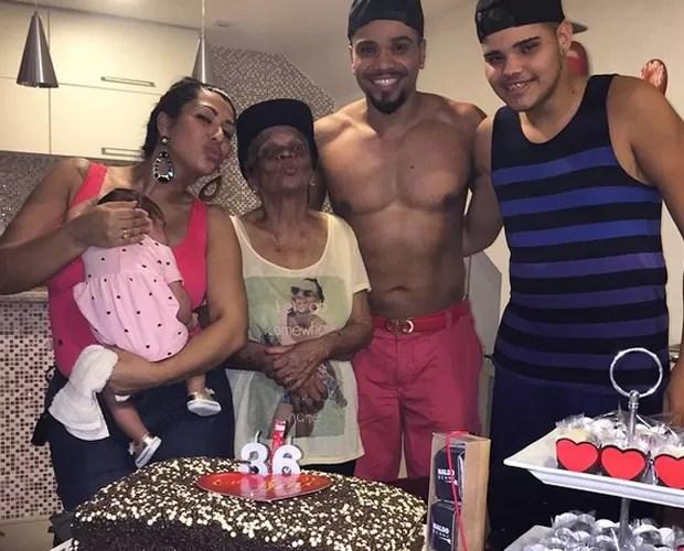 Naldo com o filho e a família em seu aniversário de 36 anos (Foto: Arquivo pessoal)