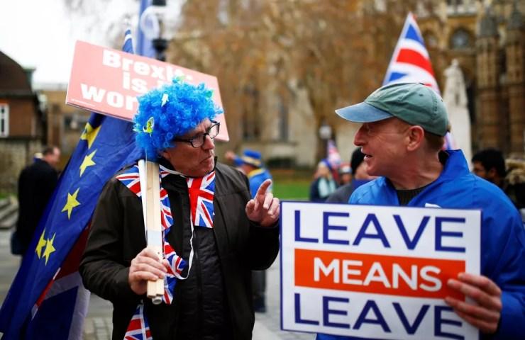 Manifestantes a favor e contrário ao Brexit conversam durante protesto em frente ao Parlamento britânico, em Londres — Foto: Henry Nicholls/Reuters