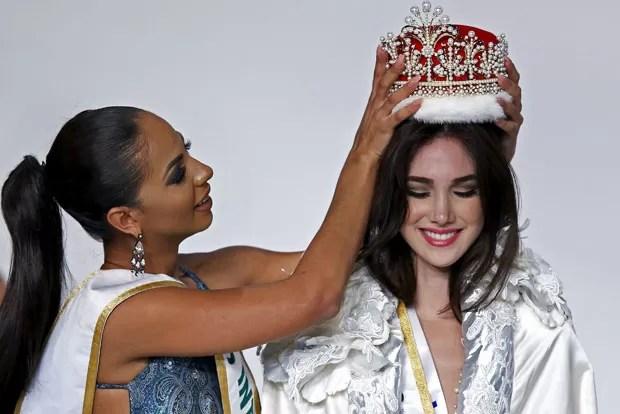A venezuelana Edymar Martinez é coroada Miss Internacional 2015 nesta quinta-feira (5) (Foto: Toru Hanai/Reuters)